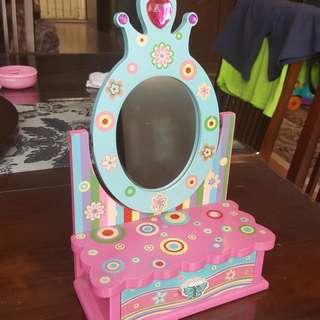 Girl Jewelry Dresser