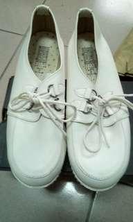 23.5號小白鞋