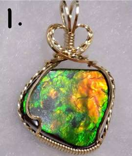 斑彩石吊坠. 出售 This ammolite pendant is handmade with 14k rolled Gold metal.  斑彩宝石有什么功效?  旺财聚财💰 开运转运 人缘贵人 兴旺事业 收藏价值也是特高。 五行全方位互䃼,也是转运招财的宝石。而且还能帮助佩戴者各方位磁场。