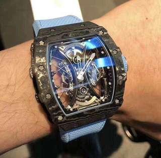 Richard Mille, Rm53-01, 鋼索懸吊系統懸浮式陀飛輪,機芯以5級鈦合金打造,表面藍寶石水晶錶鏡以獨家層壓式技術,有如防爆玻璃的概念製作。這只表以馬球運動的概念而設計出來。全球限量30只,公價達900,000美元,市面上已超公價,我們有一只,有興趣的買家請盡快,不要又等到高價才入手了。