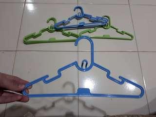 Gantungan baju anak (hanger)
