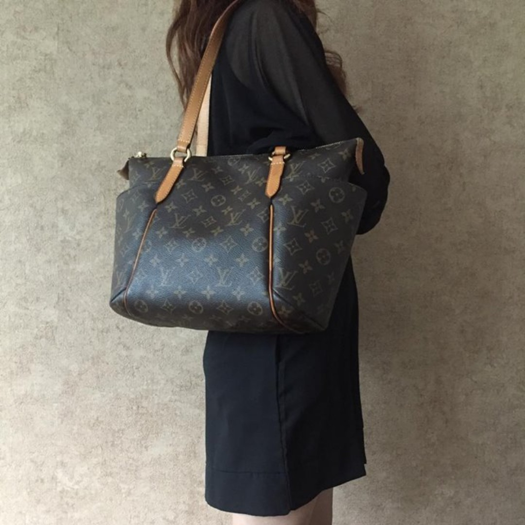 f44b75ea4 LOUIS VUITTON M56688 TOTALLY PM MONOGRAM CANVAS TOTE BAG, Luxury, Bags &  Wallets on Carousell