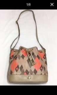 🚚 Vivienne Westwood 彩色菱格水桶包/側背
