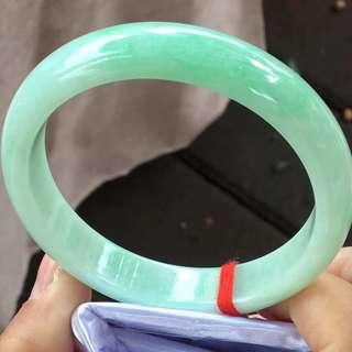 SH-03飘绿手镯,特价¥6900元,尺寸58.1/12.9/7.5。颜色漂亮,完美细腻,种水好,性价比超高!推荐!