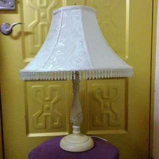 古典檯燈。有保養巴洛克布質佳很乾淨。垂珠很寫意。換來空間誠可議。請自取。