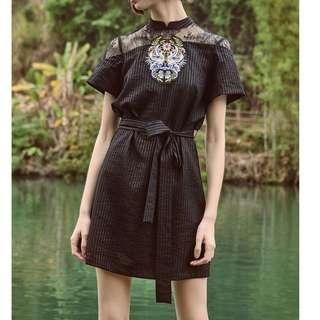 🚚 【鳳眼夫人】獨立設計品牌訂製款 2色 想像 復古輕中式旗袍領天鵝臉譜刺繡蕾絲拼接透膚直條紋綁帶連身裙 蕾絲洋裝 復古 中國風 個性 綁帶洋裝 小眾設計 蕾絲洋裝