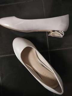 Sepatu hels pendek