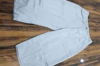 Celana bahan pendek
