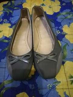Gray flat shoes