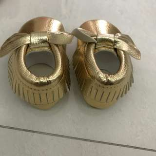 Classic gold bow moccassins for babies