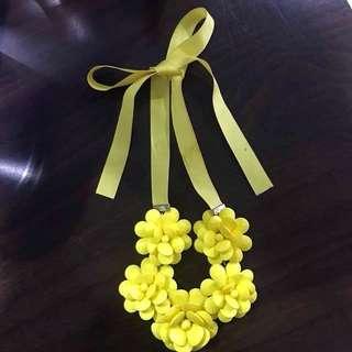 Neclace Stradivarius Yellow Flower