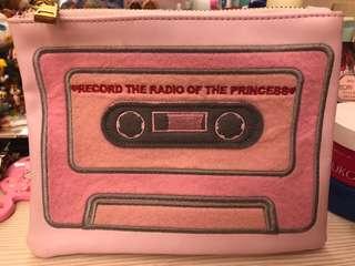 日本帶回  粉紅卡帶造型化妝包 筆袋