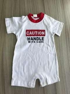 全新 美單字母連身衣(56cm)嬰兒包屁衣 爬服 刷毛 兔裝,非背心 T恤 洋裝 外套 T恤