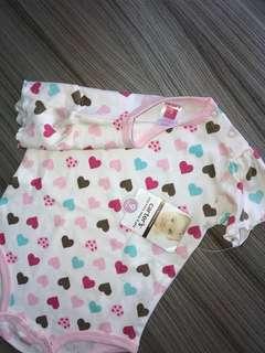 全新 正品Carter's愛心肩扣包屁衣(9M)嬰兒連身衣 爬服 刷毛 兔裝,非背心 T恤 洋裝 外套 T恤