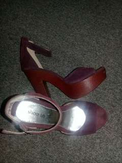 Strappy high heeled pump violet