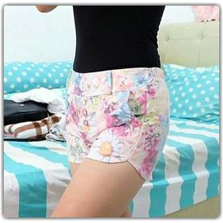 Pinky floral hotpants Belakang ada karet Max fit to size 30 IDR 40.000