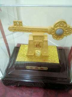 souvenir lapis emas golden key