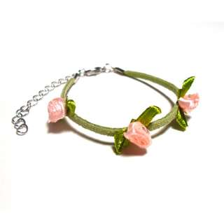 Green handmade leather bracelet with 3 salmon roses