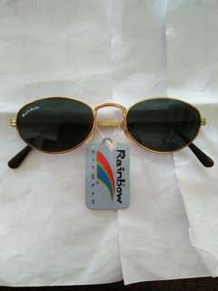 Vintage sunglasses Rainbow(John Lennon/liam gallagher) Classic style R-1016 Vintage authentic Frame besi kuningan (gold) Terdapat ukiran unik pada bagian frame/handle kacamata New old stock/Kondisi baru hanya stock lama, masih menempel bandrol barunya