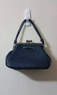 Mizzue 藍色珠扣開口兩用小斜背包