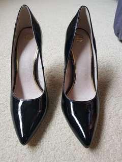 Zu patent black stiletto