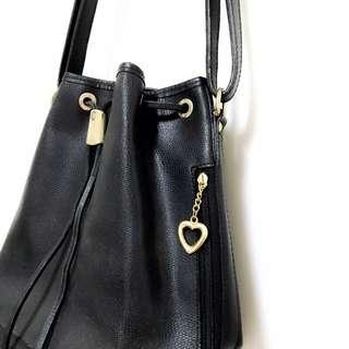 🚚 日本購入🍒皮革 純黑 可愛愛心鑲金水桶包 Kate spade 包包 類款