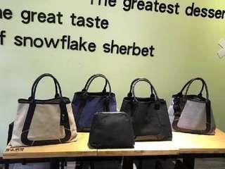 🚚 代購大概2星期出貨 #8082手提帆布配皮包 💝💝限量特價$990/ 韓國日本訂單款 夏日最實用好搭配的款式 可兩旁扣住縮小,內附小包 或打開變大 布料是挺的帆布材質 質感很好,內附小包可拿起來 尺寸:長55(打開最長的長度)扣起來30cm高32底寛15cm 顏色:黑色、藍色、白色、灰色