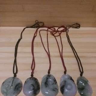 一手五個翡翠花青 a玉吊咀連 拉扯繩頸鏈, 總共賣六百元 單個價錢160元