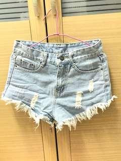 🚚 淺藍牛仔刷破短褲(可換物)