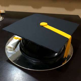 Graduation Cap Piñata cake