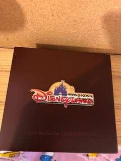 香港迪士尼樂園演藝人員限量版Pin, 連木盒。100%new