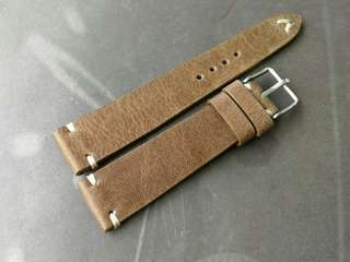 100% Handmade Genuine Calf Oiled   Leather Watch Strap Colour : Brown  Lug/Buckle Widths : 19/16, 20/16m Length/Buckle Side : 110/75 mm Loops/Widths : 6 mm Thickness approx : 2.5 mm Buckle : Steel