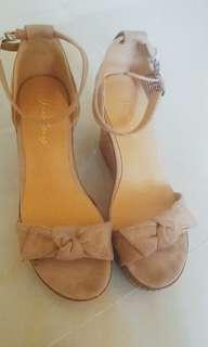 杏色高踭坡跟鞋