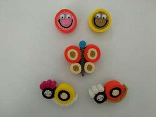 Pin kreasi tangan terbuat dari bahan