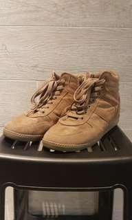 Brown suede high sneaker with hidden 3cm inner heel.