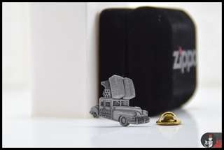 PIN ZIPPO / ZIPPO ORIGINAL 1947 CHRYSLER SARATOGA CAR LAPEL HAT PIN
