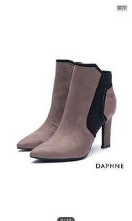 🚚 DAPHNE 幾何線條拼接絨布造型高跟裸靴