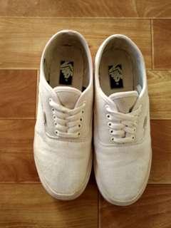 Sepatu putih pria