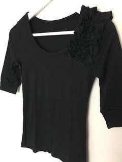 🚚 黑色肩上花瓣五分袖上衣