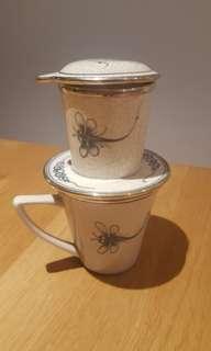 Ceramic mug with coffee/tea filter