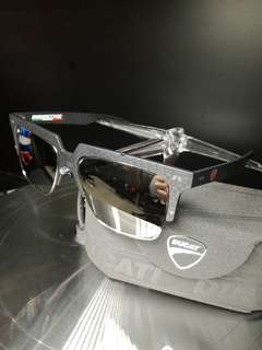Carbon fibre polarized sunglasses