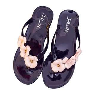 🚚 質感快樂小花沙灘風防水平底涼鞋(黑粉)