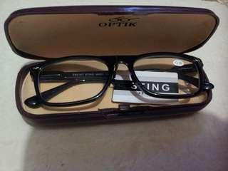 Kacamata baca+tempatnya