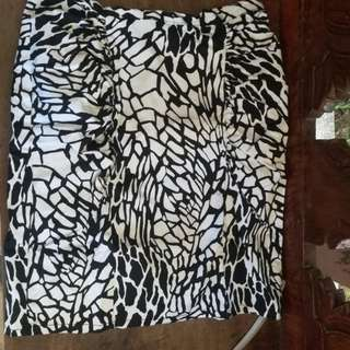 Knee lever skirt