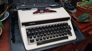 Vintage Ivory-colored ROYAL typewriter in very good conditions.