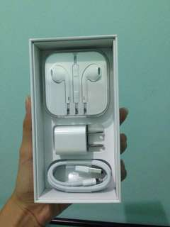 ORIGINAL APPLE CHARGER AND EARPODS