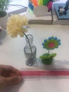 Table accessories: artificial flower and paper pint