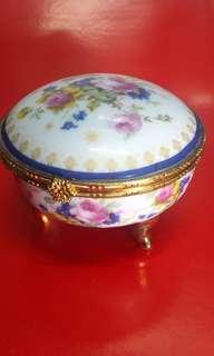 Smykkeskrin porcelain box (瓷器飾物小盒子)