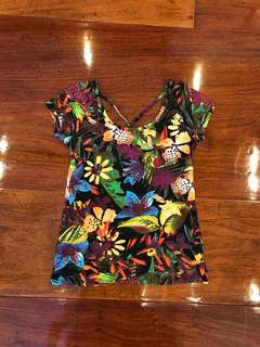 Fitting scoopneck shirt with floral watercolor print