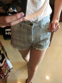 淺色鐵鍊短褲